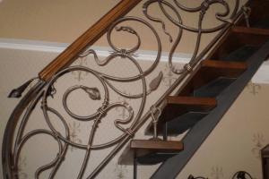 лестница прямая с коваными элементами