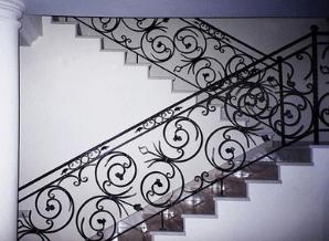 лестница и перила с коваными элементами