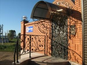 кованые двери, козырек и перила в одном стиле фото 78
