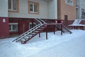 внешняя сварная лестница с пандусом