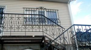 внешняя сварная лестница с коваными перилами на второй этаж