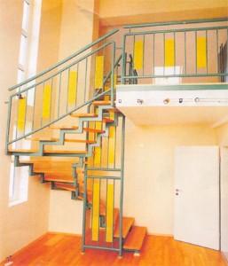 лестница сварная с деревянными ступенями и перилами