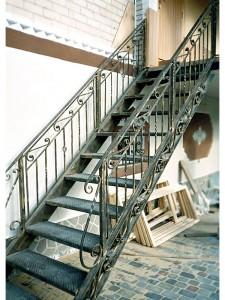 внешняя лестница из металла с коваными перилами