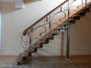 металлическая лестница с коваными перилами для дома
