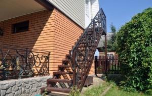 металлическая лестница с коваными перилами на второй этаж