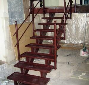 металлическа лестница с деревянными ступенями под заказ