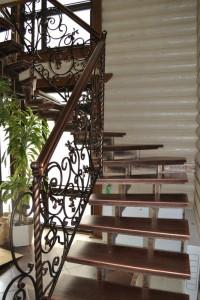 лестница сварная с коваными перилами
