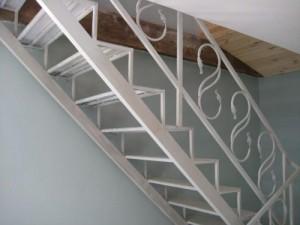 лестница сварная с коваными элементами белая