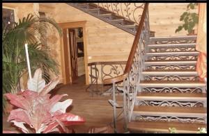 кованая лестница с деревянными ступенями и поручнями