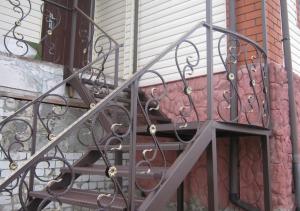 наружная сварная лестница с коваными элементами