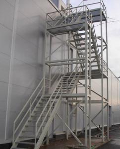 многоуровневая наружная лестница из металла