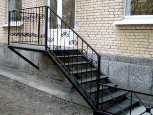 наружная металлическая лестница с ковкой
