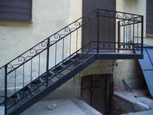 наружная лестница из металла с коваными элементами