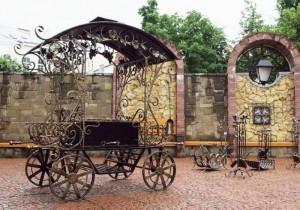 кованый мангал с крышей - карета