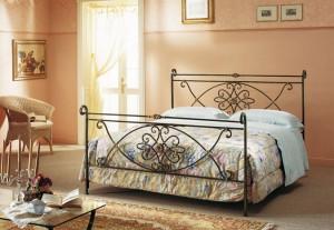 кровать кованая классической формы