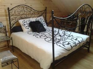 кровать кованая с высокими спинками на заказ