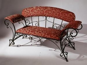 кованый диванчик в прихожую с мягкими подлокотниками