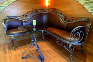 кожаный кованый угловой диван