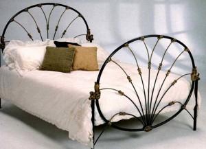 кованая кровать оригинальной формы