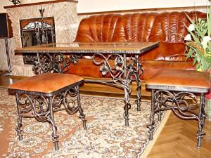 кованый стол и стулья без спинки кожа