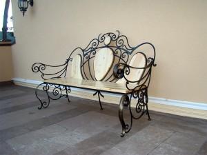 кованая скамейка в светлых тонах эксклюзивная