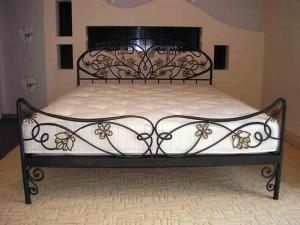 кровать металлическая с коваными элементами