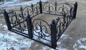 оградка для кладбища с коваными элеменами недорогая