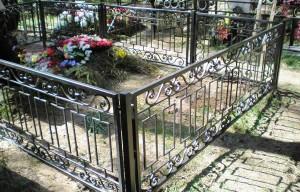 классическая ограда на кладбище