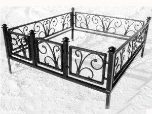 кованая оградка на кладбище с калиткой