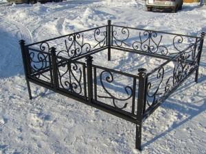 готовая ограда металлическая на кладбище