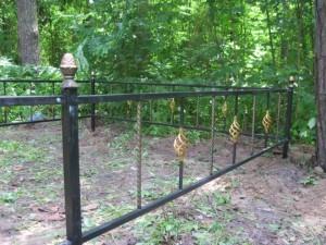 ограда на могилу с коваными элементами в Киеве под заказ