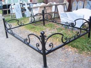 невысокая кованая оградка на кладбище