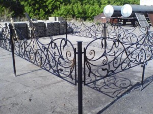 кованая оградка на кладбище с установкой от производителя
