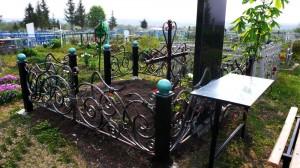 оригинальная оградка на кладбище