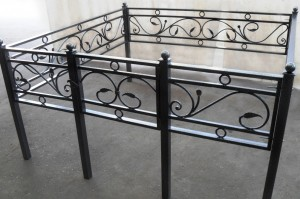 кованая оградка с установкой на кладбище