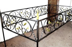 кованая ограда на могилу с установкой