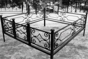 кованая ограда на кладбище с установкой