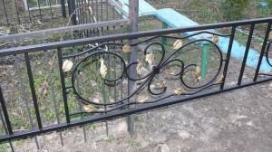 металлическая ограда с ковкой на кладбище