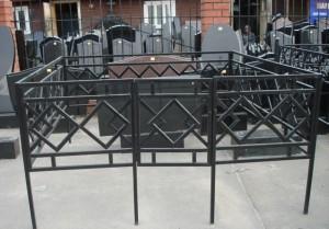 металлическая ограда на кладбище
