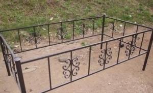сварная оградка с коваными элементами