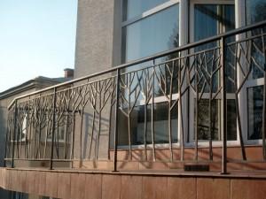 необычные кованые ограждения для балкона