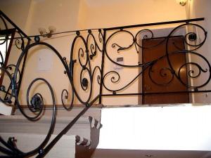 сварные перила с ковкой для лестницы на второй уровень