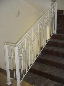 белые кованые перила к черной лестнице