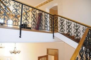 перила и ограждения лестничных маршей в доме