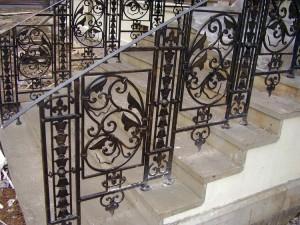 кованые перила для бетонной лестницы крыльца