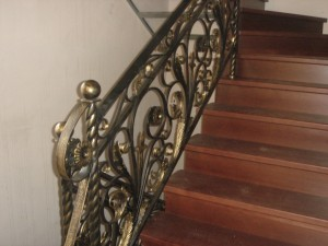 кованые перила для деревянной лестницы черного и золотистого цвета