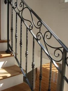 черные кованые перила для деревянной лестницы