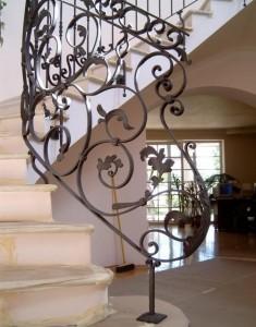 оригинальные кованые перила для винтовой лестницы