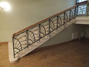 кованые перила для широкой лестницы