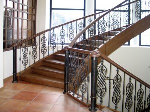 перила кованые для деревянной лестницы с деревянными поручнями